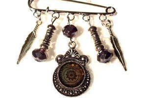 Broche cabochon , perles et breloques-