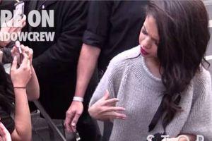 Selena Gomez : la vidéo de son face-à-face avec la fan qui lui a volé ses lunettes à Paris