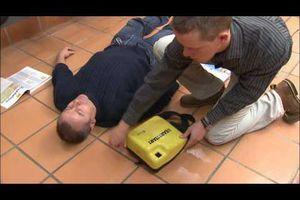 Le massage cardiaque et l'utilisation du défibrillateur, des actions indispensables