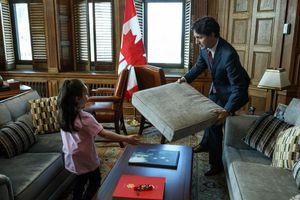Justin Trudeau a aidé une petite fille à construire une cabane en coussins dans son bureau