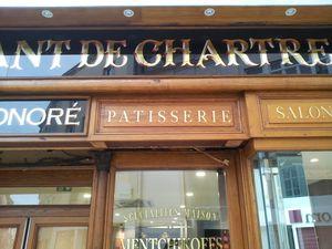 """Dans le centre historique de Chartres. À deux pas de la cathédrale &#x3B; la boulangerie """"au bon croissant de Chartres"""" retrouve son aspect initial. Les menuiseries chêne sont restaurées. Des verres églomisés sont recréés pour terminer l'ouvrag"""