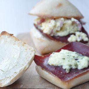 Petits pains garnis aux 3 fromages, oeufs brouillés et viande des grisons