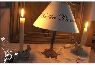 Le charme d'une patine grise pour cette petite lampe