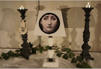 Lampe opaline blanche, médaillons Fornasetti