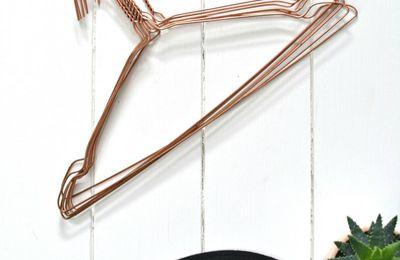 Des cintres couleur cuivre