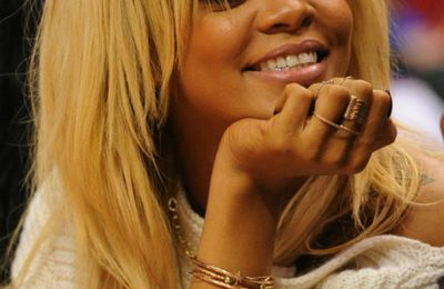 People : Rihanna hier au match des Clippers en blonde !