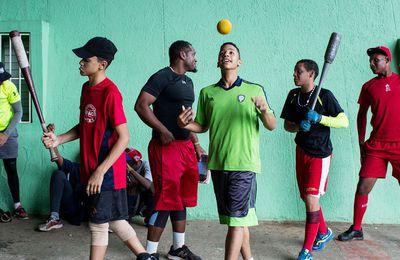 Quelle histoire terrible, celle des joueurs de baseball cubains recrutés par des Dominicains qui les font sortir clandestinement de Cuba...Je comprends maintenant  le surprenant et soudain intérêt des Dominicains pour le baseball en Haïti...L'article (en anglais) décrit une vraie mafia