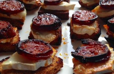 Toasts pain d'épices, chèvre, chorizo