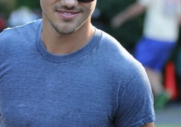 New pics of Taylor Lautner on Grown UPS 2 set !