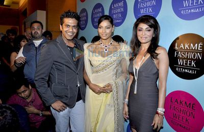 Bipasha Basu défile au Lakhme Fashion Week 2010