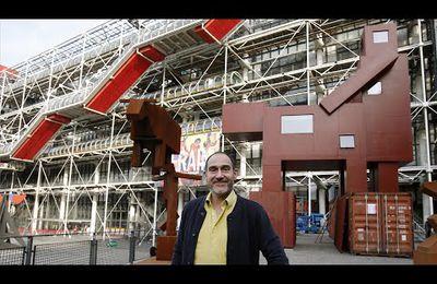 """Refusée par le musée du Louvre, qui la jugeait """"trop brutale"""", une sculpture géante controversée évoquant un homme copulant avec un animal a finalement été exposée cette semaine à Paris sur le parvis du Centre Pompidou (video media)"""