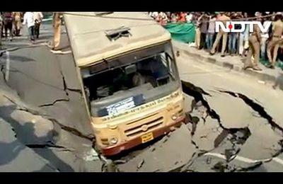 Un bus et une voiture tombe dans un énorme sinkhole en Inde le 9/04/2017 (videos medias)