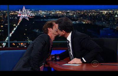 Andrew Garfield partage un autre tendre baiser avec Stephen Colbert