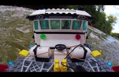 Le bateau en Lego affronte les vagues