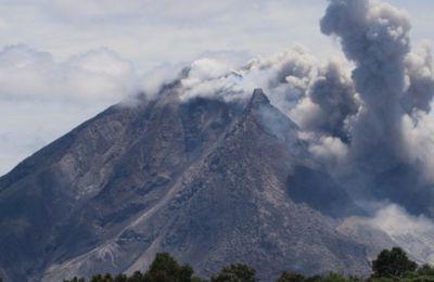 Éruption du volcan Sinabung en Indonésie