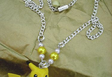 Collier Pikachu sur son Surf