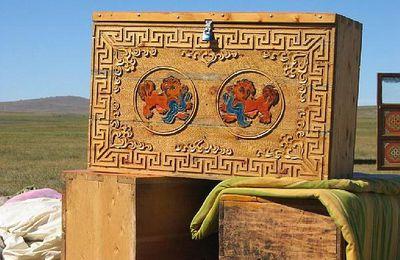 un coffre en bois mongol décoré