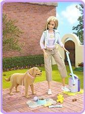 Le chien de Barbie fait ses crottes