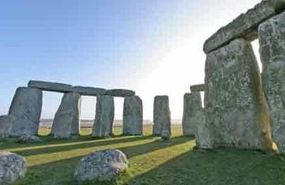 - 2300 : Stonehenge rajeuni de trois cents ans