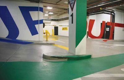 Des illusions d'optique dans un parking souterrain