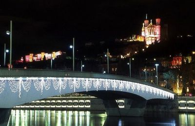 une ville la nuit c'est beau
