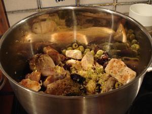 خوراک مرغ و آلو و زیتون