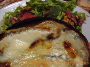Toast au morbier et sa salade aux noix...