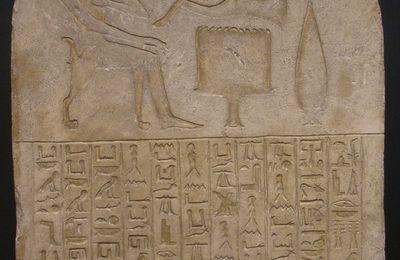 Hiéroglyphes - Stèle - Ipy devant sa table d'offrande - C290