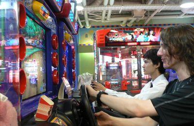 arcades et jeux idiots avec leurs musiques entêtantes et leurs couleurs flashies