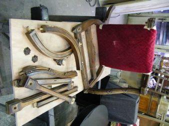 Repeindre un fauteuil et un bureau Louis XVI en merisier.