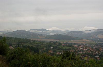 Village d'Auvergne sous la brume