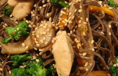 Nouilles de soja sautées au poulet, légumes et sésame