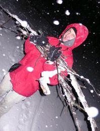 Faire du feu sur la neige; les étapes en photos
