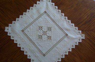 Centre de table en broderie hardanger