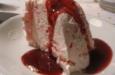 Gâteau meringué glacé au coulis de fruits rouges