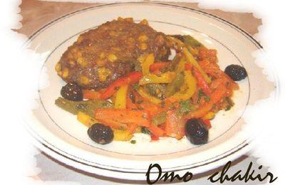 Steak de viande hachée au mais et poelée de poivrons en couleurs