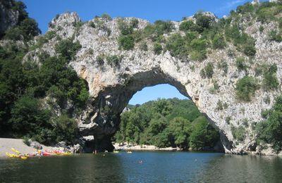 Descente des gorges de l'Ardèche en canoé depuis Vallon Pont d'Arc