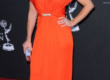 Jennie Garth pose en Orange - Bof pas top!!!