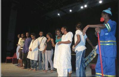 """Théâtre Nomade reconstitue """"la rue publique sur scène"""""""