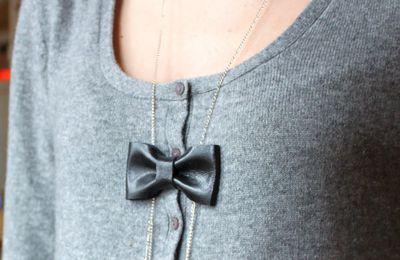 collier noeud en cuir noir à pendants
