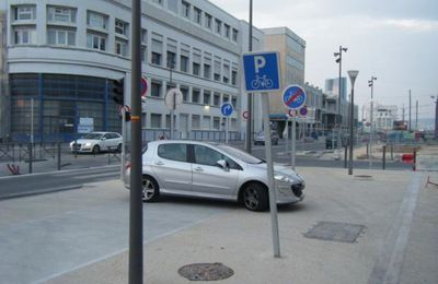 Aménagements idiots Awards 2013 : le parking Vélo et la piste cyclable du Quai de la Joliette !