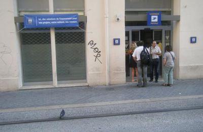 Où t'attaches ton vélo, toi ? (4) Pas devant La Poste des quartiers populaires...