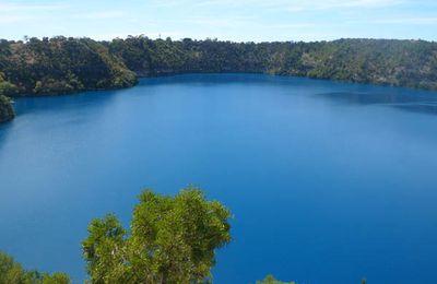 La couleur bleu cobalt fantastique du Blue lake du Mont Gambier en Australie