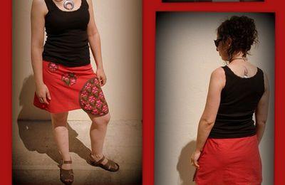 Une jupe, du rouge, des ronds et des fleurs.