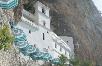 Le monastère d'Ostrog, au Monténégro, fondé par saint Basile d'Ostro au XVIIème siècle, lieu de pèlerinage pour les orthodoxes, les catholiques et les musulmans