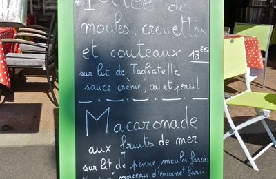 Mèze, restaurants sur le port: menu de poissons et fruits de mer