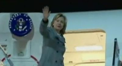 La chute d'Hillary Clinton en montant dans un avion - video