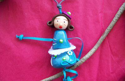 collier poupée bleu feutrine 2010