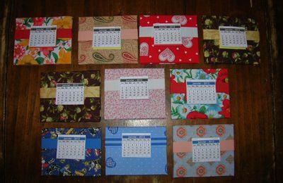 Une pluie de calendriers de bureau cartonnés