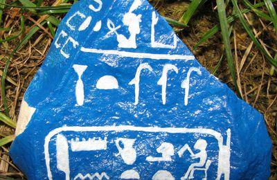 Noms de la Reine HATSHEPSOUT - peinture acrylique sur pierre
